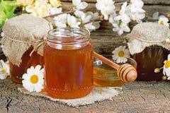 在瓶子的蜂蜜 图库摄影