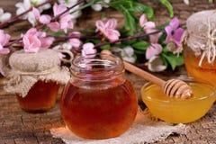 在瓶子的蜂蜜 免版税图库摄影