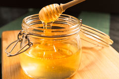 在瓶子的蜂蜜 免版税库存照片