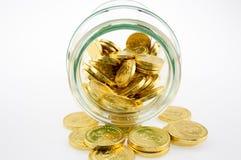 在瓶子的金黄硬币 图库摄影