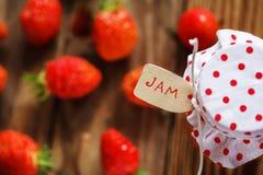 在瓶子的顶视图果酱用在木头的草莓和 库存图片