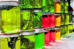 在瓶子的颜色蜂蜜 库存照片