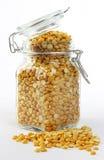 在瓶子的黄色分开的豌豆 免版税库存照片