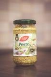 在瓶子的绿色Pesto 免版税图库摄影