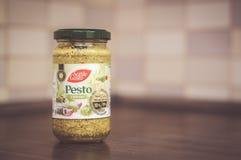 在瓶子的绿色Pesto 库存照片