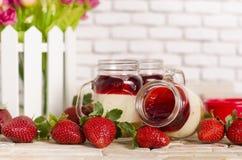 在瓶子草莓的蛋糕 图库摄影