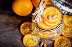 在瓶子,顶视图的糖煮的桔子 库存照片