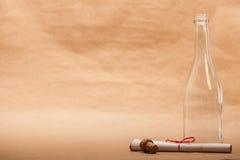 在瓶旁边的消息 图库摄影