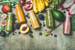 在瓶的五颜六色的圆滑的人用新鲜水果,拷贝空间 免版税库存照片