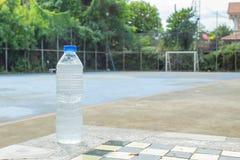 在瓶的冷的饮用水在桌上 库存照片