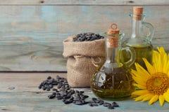 在瓶的向日葵油 免版税图库摄影