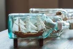 在瓶的手工制造船 免版税库存照片
