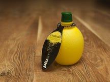 在瓶的柠檬汁,隔绝,在白色背景 免版税库存图片