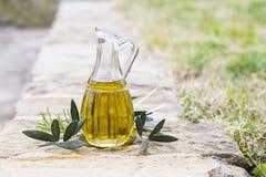 在瓶的橄榄油门外 免版税库存图片
