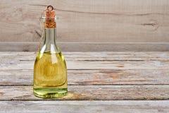 在瓶的油有黄柏的 免版税图库摄影