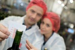 在瓶的测量的黄柏 免版税库存照片