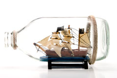在瓶的海盗船 免版税图库摄影