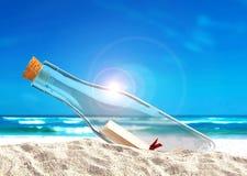 在瓶的消息在海滩 库存照片