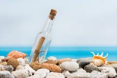 在瓶的消息在海滩 免版税库存照片