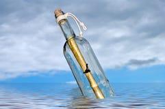 在瓶的消息 免版税库存照片