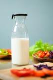 在瓶的牛奶 免版税库存图片