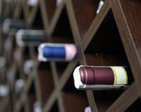 在瓶的红色和白葡萄酒 免版税库存照片