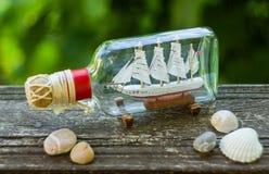 在瓶的纪念品船 免版税库存图片