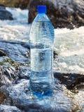 在瓶的自然矿泉水 图库摄影