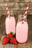 在瓶的草莓牛奶在木头 库存图片