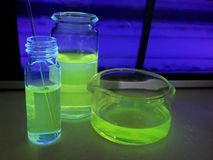 在瓶的萤光化学制品 库存照片