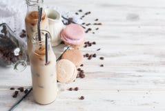 在瓶的被冰的咖啡 库存图片