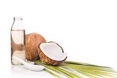 在瓶的经冷压制作过的额外处女椰子油用椰子 库存照片