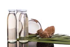 在瓶的经冷压制作过的额外处女椰子油用椰子 免版税库存照片