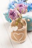 在瓶的紫色郁金香有心脏的 免版税图库摄影
