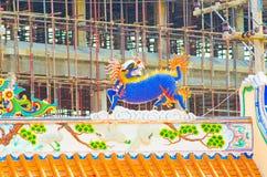 在瓷寺庙屋顶的龙雕象 免版税图库摄影