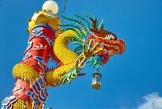 在瓷寺庙的中国龙雕象 免版税库存照片