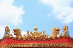 在瓷屋顶的龙 免版税库存照片