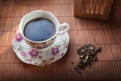 在瓷杯子的热的茶 库存照片
