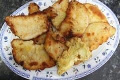 在瓷盘子的面包肉 图库摄影