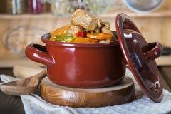 在瓷砂锅的小牛肉蔬菜炖肉 图库摄影