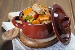 在瓷砂锅的小牛肉蔬菜炖肉 库存图片