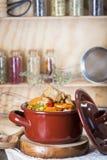 在瓷砂锅的小牛肉蔬菜炖肉 库存照片