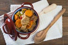 在瓷砂锅的小牛肉蔬菜炖肉 免版税库存图片
