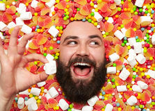 在甜举行的蛋白软糖的快乐的人 免版税库存照片