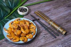 在甜和辣调味汁的虾在一张木台式侧视图 免版税库存照片