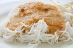 在甜咖喱汁,泰国食物的米线 图库摄影