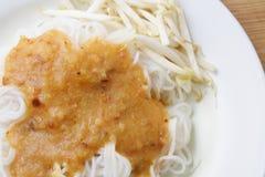 在甜咖喱汁,泰国食物的米线 库存图片