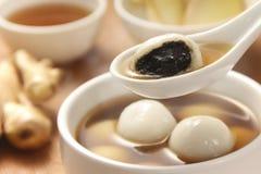 在甜姜茶的黑芝麻饺子 库存图片