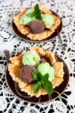 在甜扁桃篮子的冰淇凌 图库摄影