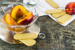 在甜蜂蜜、香草和威士忌酒的新鲜的油桃调味 库存照片